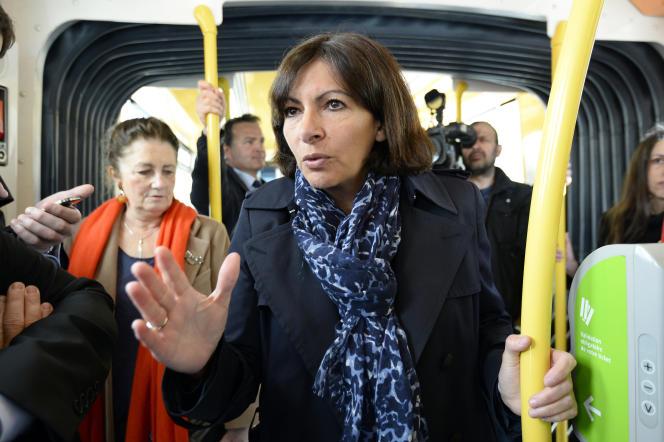 Anne Hidalgo dans le tramway en avril 2014.