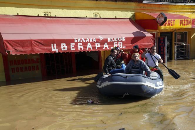Une rue inondée d'Obrenovac, à 30 km au sud-ouest de Belgrade, dimanche 18 mai.
