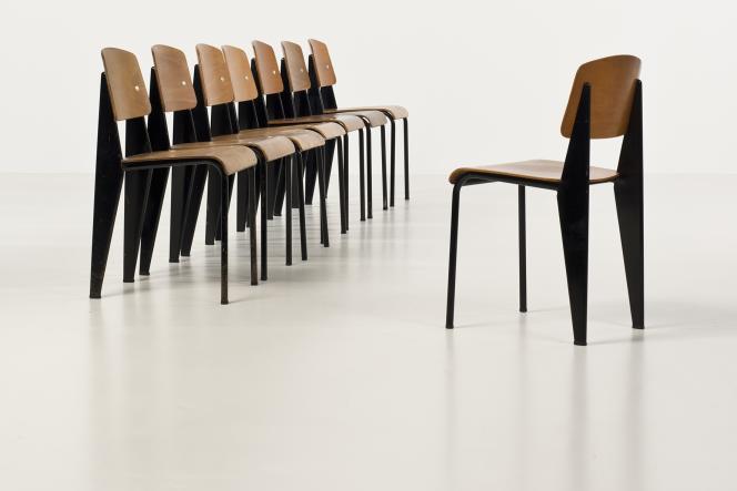 Lot 18 : série de huit chaises modèle Standard, dit Métropole n°305, de Jean Prouvé, en tôle d'acier plié laqué et tubes d'acier, estimées entre 45 000 et 65 000 euros.