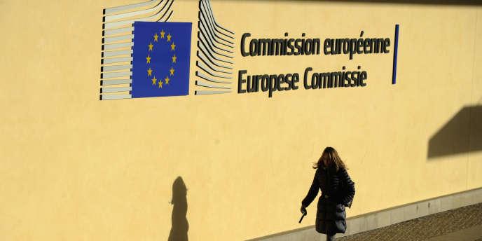 Devant le siège de la Commission européenne, à Bruxelles, le 11 février.
