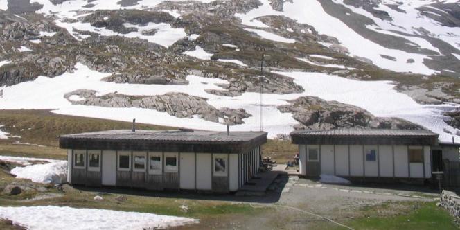 Mis en vente par Piasa le 27 mai : à gauche, un refuge Centre alpin, et à droite un refuge Parc national, tous deux de Jean Pouvé et Guy Rey.