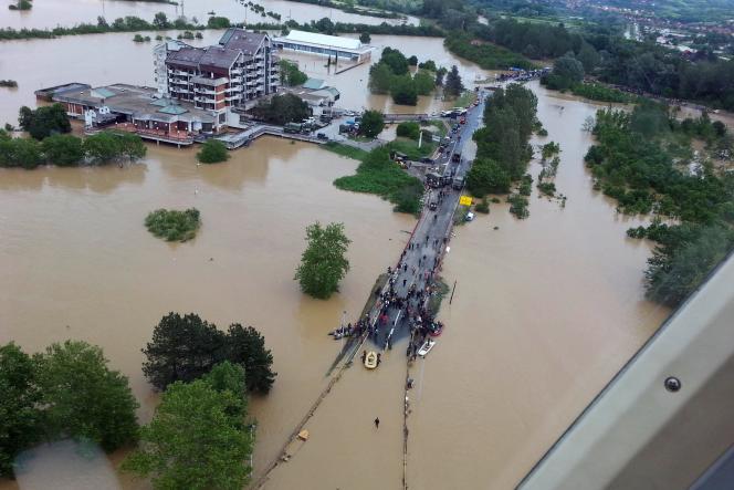 Vue aérienne de la ville inondée d'Obrenovac.