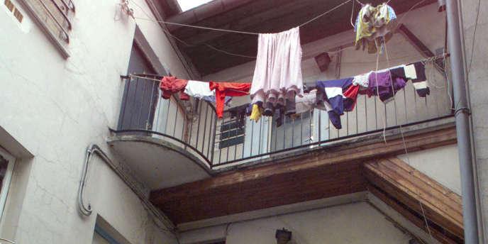 Dans le centre-ville de Béziers, le maire d'extrême droite interdit de faire sécher son linge en façade des immeubles.
