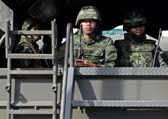 Des militaires dans les rues de Bangkok après la proclamation de la loi martiale, le 20 mai, en Thaïlande.