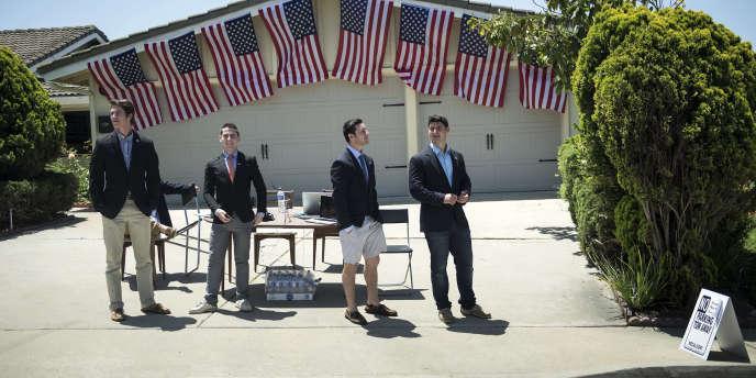 Des jeunes Américains attendent le cortège du président Barack Obama, le 8 mai, à La Jolla, en Californie.