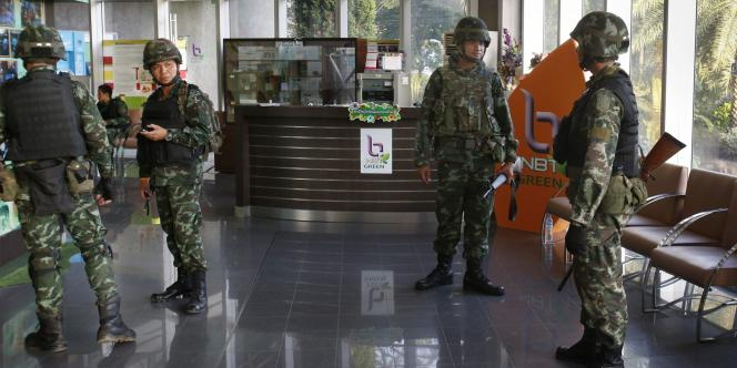 Des soldats occupent les locaux des National Broadcasting Services à Bangkok, le 20 mai.