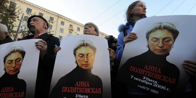 Manifestation en hommage à la journaliste russe Anna Politkovskaïa, assassinée en 2006 dans son immeuble à Moscou.