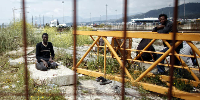 Des migrants dans le port grec d'Igoumenitsa.