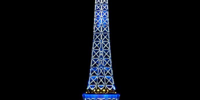 La Tour Eiffel aux couleurs de l'Europe lors de la présidence française du Conseil de l'Union européenne, de juillet à décembre 2008.