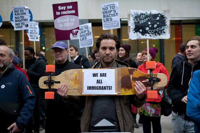 Des manifestants en marge d'un meeting de UKIP, devant Emmanuel Centre, à Londres, le 7 mai.