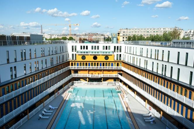 Vue plongeante sur le grand bassin de la piscine Molitor rénovée (Paris 16e).