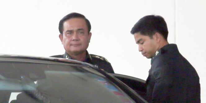 Le général Prayuth Chan-ocha (à gauche), peu après l'annonce du coup d'Etat, jeudi 22 mai à Bangkok.