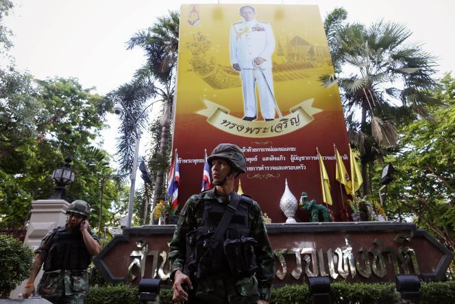 Portrait du roi Bhumibol Adulyadej, à Bangkok, le 20 mai.
