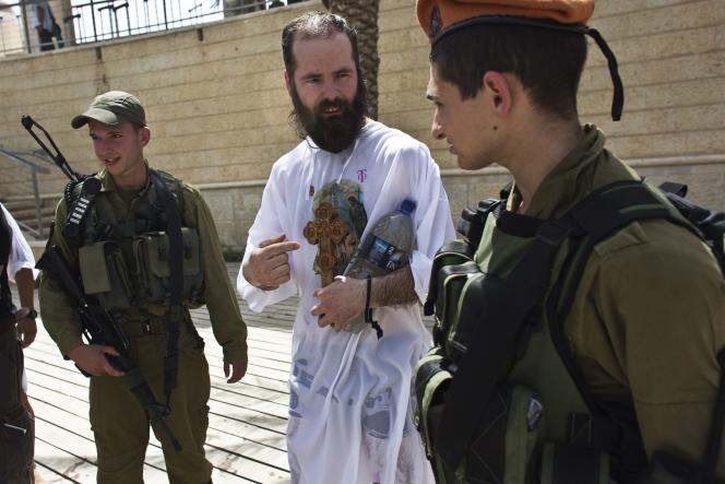Un pèlerin chrétien discute avec des soldats israéliens à Kasser Al-Yahoud, à l'est de la ville de Jéricho, le 21 mai.