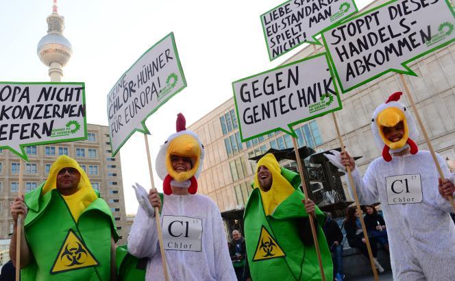 Des manifestants contre l'introduction de « poulets au chlore» aux abords d'un meeting du SPD pour les élections européennes à Berlin, le 19mai 2014.