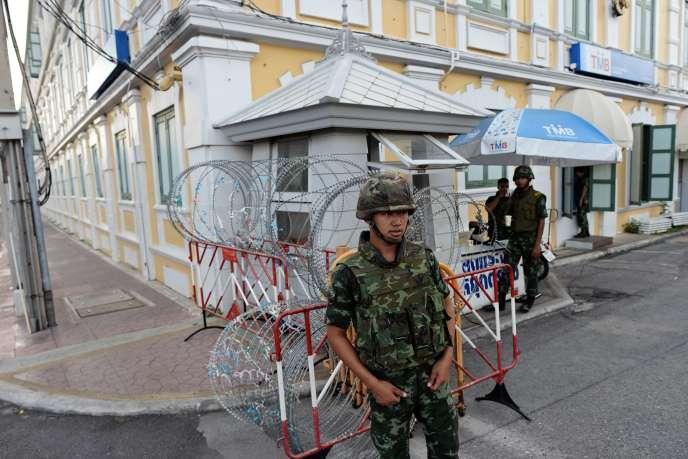 A Bangkok, devant le ministère de la défense, le 22 mai 2014, après l'annonce du chef de l'armée d'un coup d'Etat militaire en Thaïlande.  « Tous les Thaïlandais doivent rester calmes et les fonctionnaires doivent continuer à travailler comme d'habitude », a-t-il ajouté.