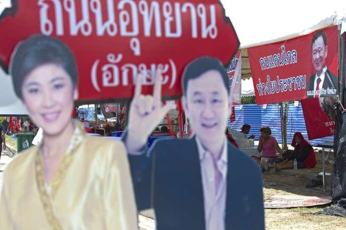 Figurines en carton de Yingluck et Thaskin Shinawatra dans un camp de
