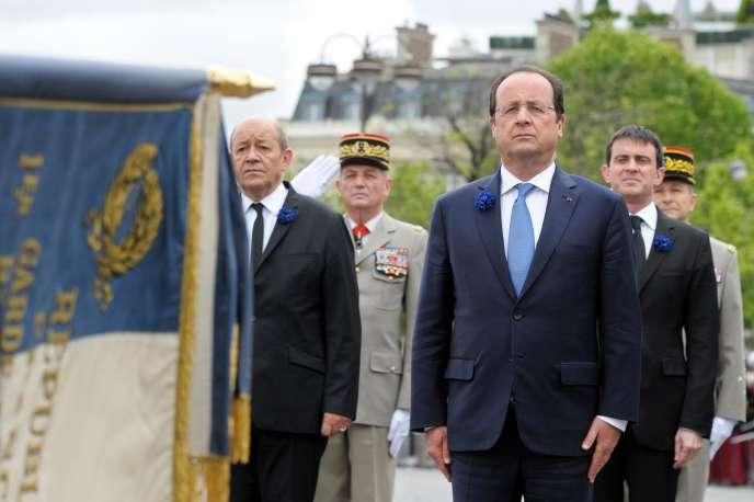 Jean-Yves Le Drian, François Hollande et Manuel Valls, le 8 mai 2014, à l'arc de triomphe de l'Etoile, à Paris.