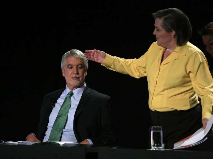 Enrique Penalosa et Clara Lopez, le 22 mai à Bogota lors d'un débat télévisé.