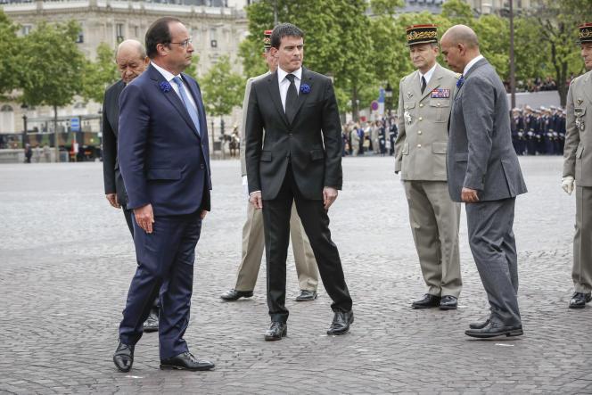François Hollande et Manuel Valls lors des cérémonies du 8-Mai, à Paris.