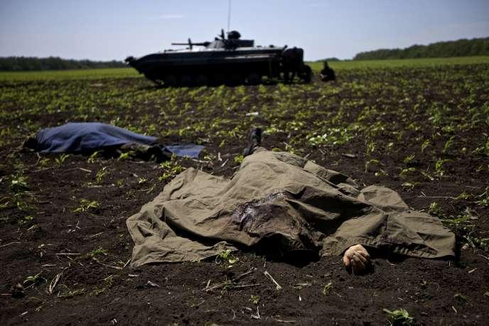 Près du village de Blahodatne, jeudi 22 mai. Dix-sept soldats ukrainiens ont été tués dans des attaques.
