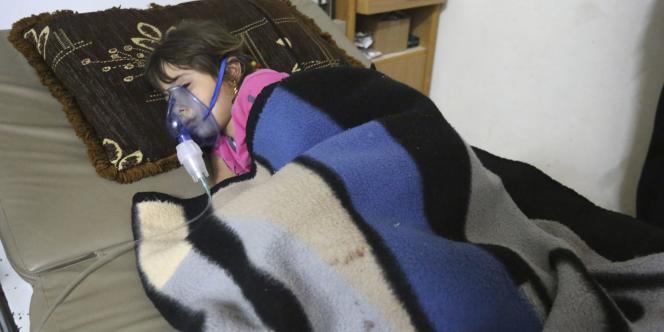 Une enfant touchée par le bombardement au chlore, jeudi 22 mai dans le village de Kafar Zita.