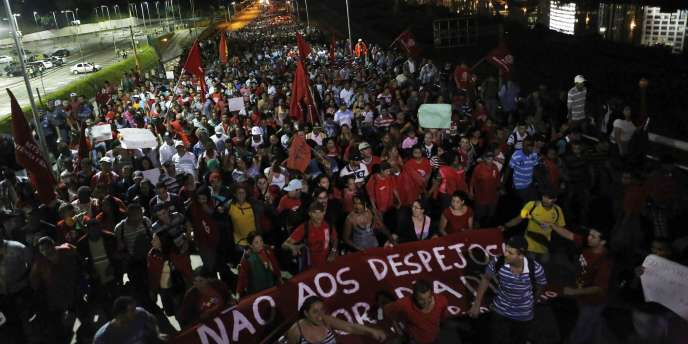 Des milliers de sans-abri ont manifesté jeudi soir à Sao Paulo contre la Coupe du monde de football.