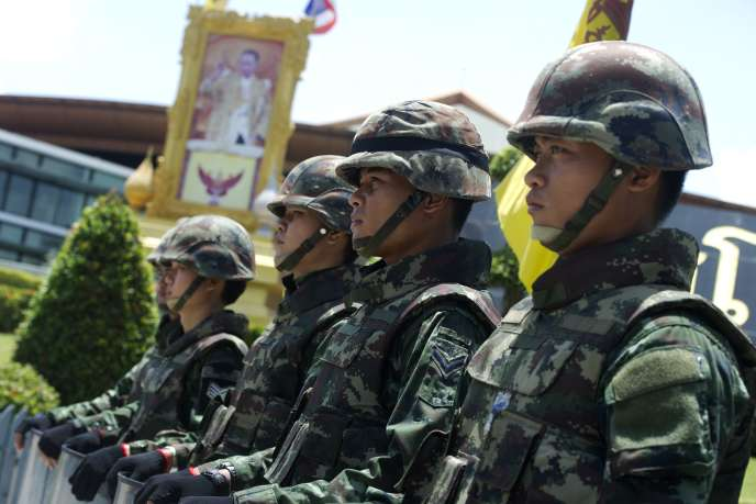 Soldats thaïlandais devant le portrait du roi, vendredi 23 mai à Bangkok.