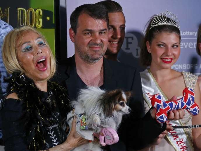 Le réalisateur hongrois Kornel Mundruczo (au centre) avec Emogin Diamonds (à gauche) et son chien James Blond, lors de la cérémonie de la Palm Dog à Cannes, le 23 mai 2014.