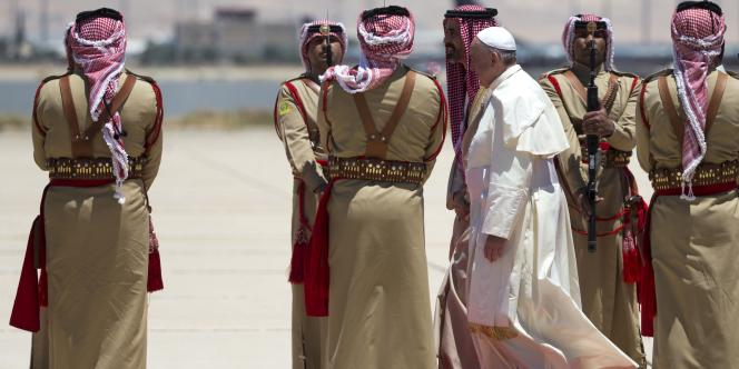 Le pape François est arrivé samedi 24 mai à Amman, en Jordanie, première étape d'une visite de trois jours au Proche-Orient.