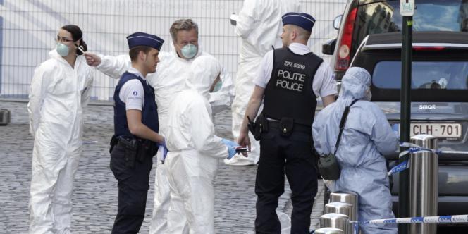 Des forces de police devant le Musée juif de Bruxelles, le 24 mai.
