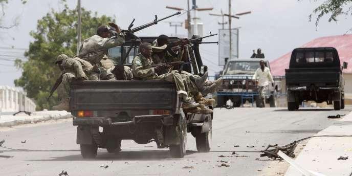 Des militaires somaliens, le 24 mai devant le Parlement à Mogadiscio.