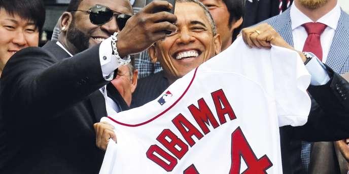 Barack Obama se prête à un selfie avec David Ortiz, joueur de base-ball des Red Sox,  le 1er avril. Un cliché  en fait