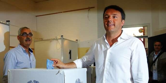Le premier ministre italien, Matteo Renzi, vote à Pontassieve, près de Florence, le 25 mai.