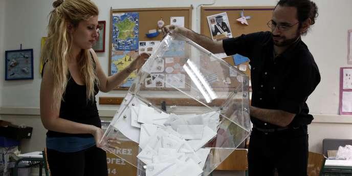 Le parti néonazi Aube dorée enregistre une percée, avec 9 à 10 % des voix.
