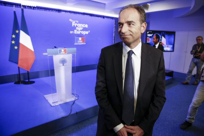 Jean-François Copé, président de l'UMP, fait sa déclaration à la presse au siège de l'UMP, rue de Vaugirard à Paris, dimanche 25 mai.