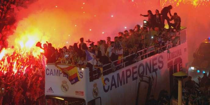 Au bout de la nuit, les joueurs du Real sont venus fêter leur victoire avec leurs supporters.