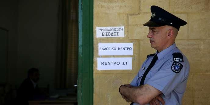 Des dizaines de Chypriotes turcs ont déploré dimanche s'être vu refuser, faute d'adresse valide sur leur carte d'identité, le droit de voter aux élections européennes organisées dans l'île divisée.