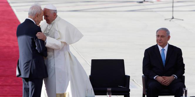 Le président israélien, Shimon Pérès, a accueilli le pape à l'aéroport Ben-Gourion. Au second plan, le premier ministre  israélien, Benyamin Nétanyahou.