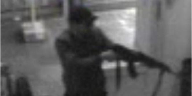Capture d'écran de la vidéo de surveillance, diffusée par la police belge, de l'auteur de la tuerie au Musée juif de Belgique, le 24 mai à Bruxelles.