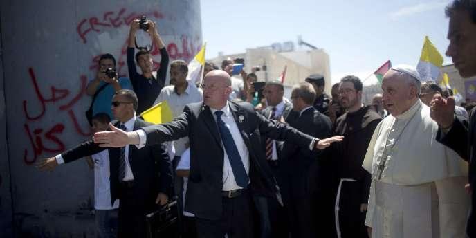 Le pape observe le mur de séparation sur la route qui le mène à Bethléem en Cisjordanie, le 25 mai 2014.