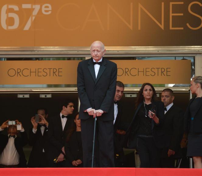 Gilles Jacob avec sa canne en haut des marches du Palais des festivals, lors de la projection de