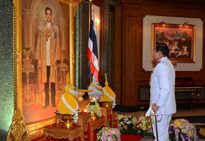 Prayut Chan-ocha devant un portrait du roi Bhumibol Adulyadej, le 26 mai à Bangkok.