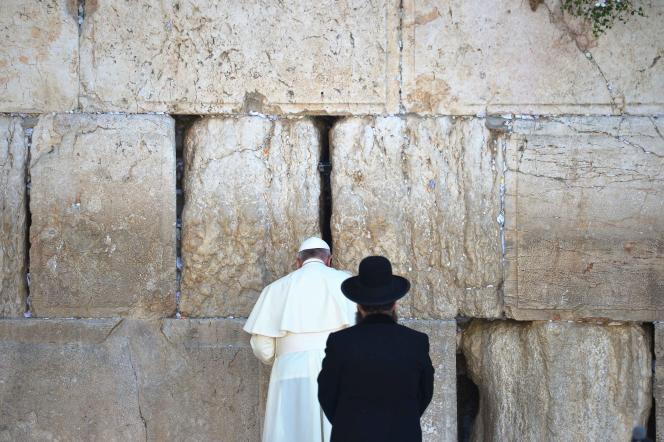 Le pape François s'est recueilli dimanche devant le mur des Lamentations, où il a glissé, comme le veut la tradition, un message dans les interstices des pierres de ce lieu saint du judaïsme.