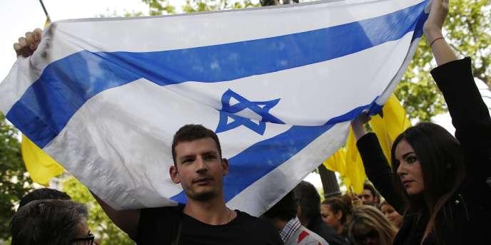 De nombreuses personnes se sont réunies devant l'ambassade belge à Paris le 25 mai, en réaction à la tuerie qui a fait quatre morts la veille dans le Musée juif de Bruxelles.