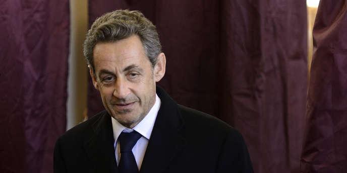 Nicolas Sarkozy, dans un bureau de vote de Paris, le 23mars.