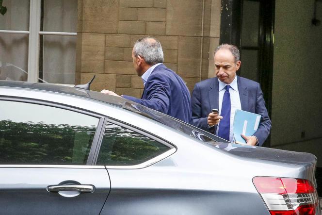 Jean-François CopŽé quitte l'AssemblŽée nationale, mardi 27 mai.
