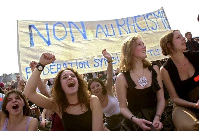 De jeunes femmes crient des slogans anti-Le Pen, en avril 2002 à Caen.