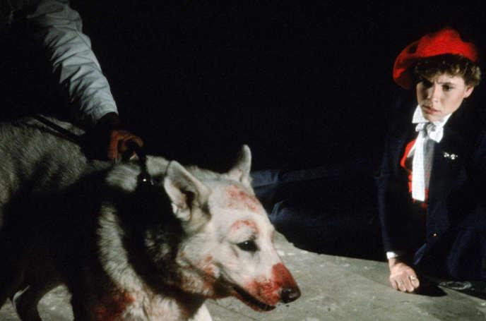 Le chien blanc avec Kristy McNichol dans le film américain de Samuel Fuller,