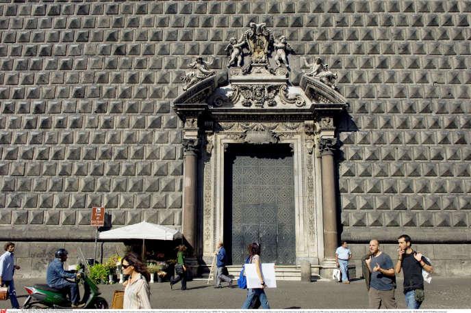 Le Gesù Nuovo à la façade couverte de pierres volcaniques, à Naples.